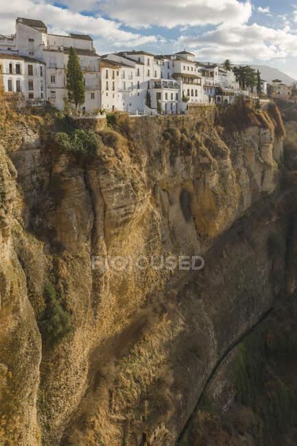Vista panorámica del desfiladero y el espacio urbano, Ronda, España - foto de stock