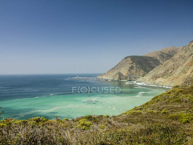 Distant view of Big Creek Bridge on Big Sur coastline, California, USA — Fotografia de Stock