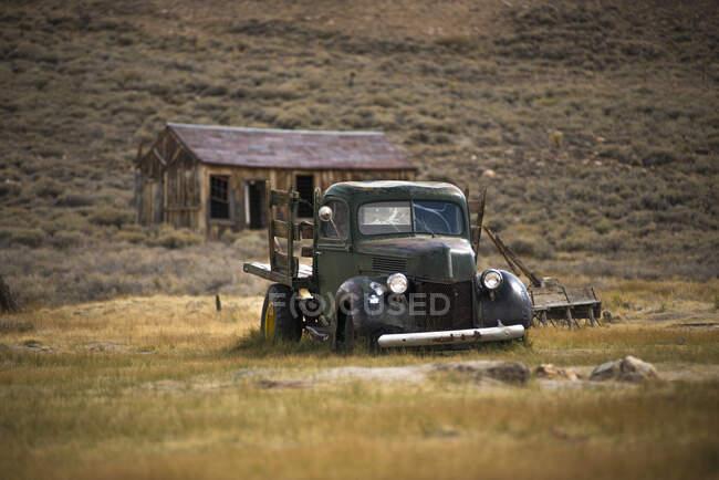 Заброньований забирає вантажний автомобіль у місті Боді, Національний парк Боді, Каліфорнія, США. — стокове фото