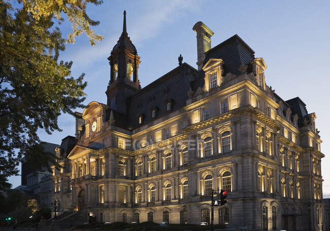 Montreal City Hall building at dusk, Old Montreal, Quebec, Canada — Stock Photo