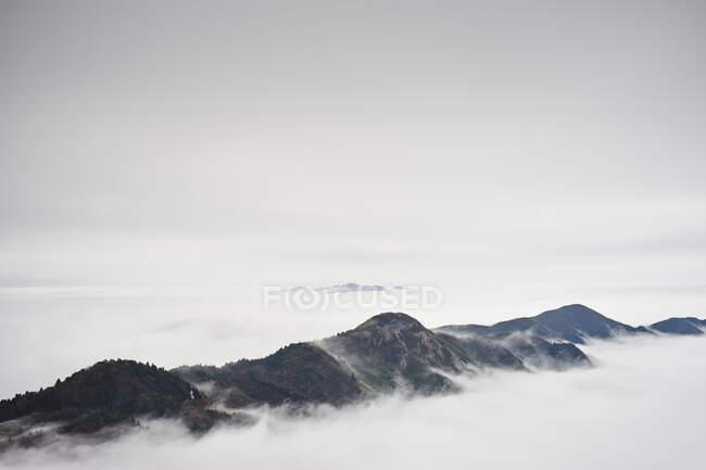Гора Геншань у низьких хмарах, Наньє, Китай.. — стокове фото