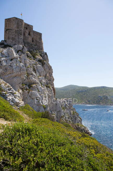Castillo sobre acantilados, Parque Nacional de Cabrera, Cabrera, Islas Baleares, España - foto de stock