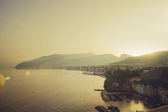 Veduta del porto verso Napoli al tramonto, Sorrento, Italia — Foto stock