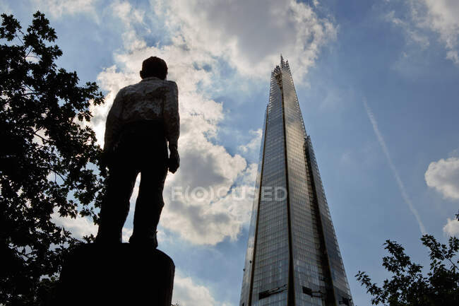 View of the Shard from statue, London, England — Stock Photo