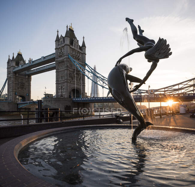 View of fountain and Tower Bridge at sunset, London, UK — Stock Photo