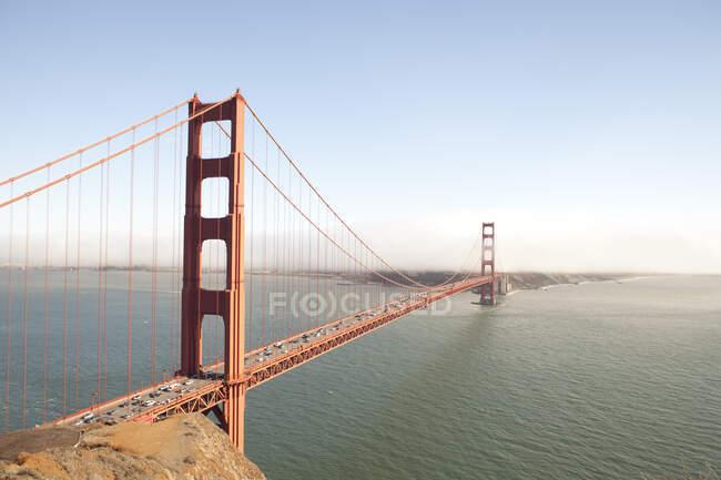 Високий вид на міст Золоті Ворота з блакитним небом (Сан - Франциско, Каліфорнія). — стокове фото