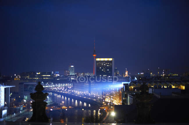 Edifici cittadini e ponti a luci notturne, TV Tower in distance, Berlino, Germania — Foto stock