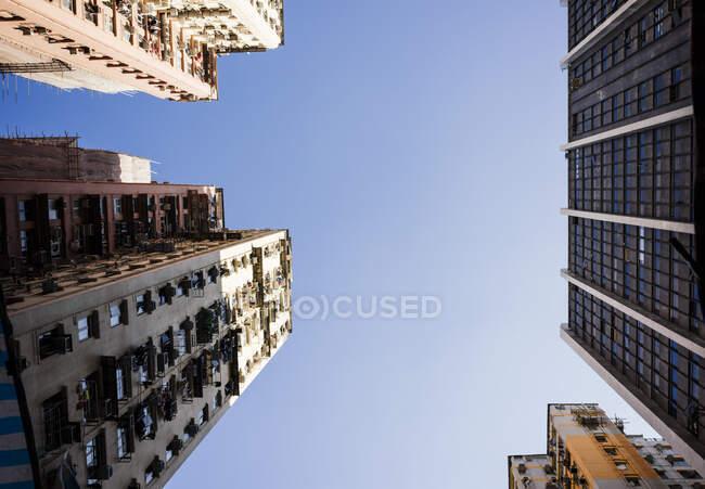 Будинки з низьким кутом зору з блакитним небом, Монґкок, Гонконг, Китай. — стокове фото