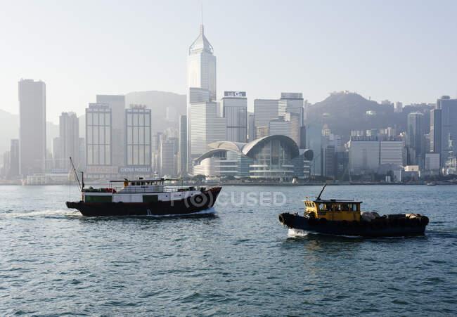 Човни з людьми в гавані Гонконгу, Авеню зірок, Цім Ша Цуй Вода. — стокове фото