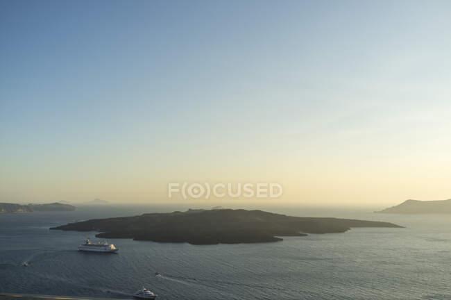 Високий кут виду порому, що перетинає море на світанку, Фіра, Санторіні, Греція. — стокове фото