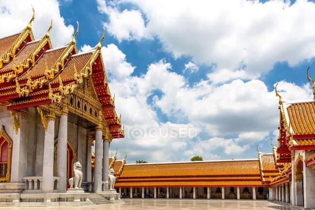 Wat Benchamabophit Dusitvanaram Буддійський храм з блакитним хмарним небом, Бангкок, Таїланд — стокове фото