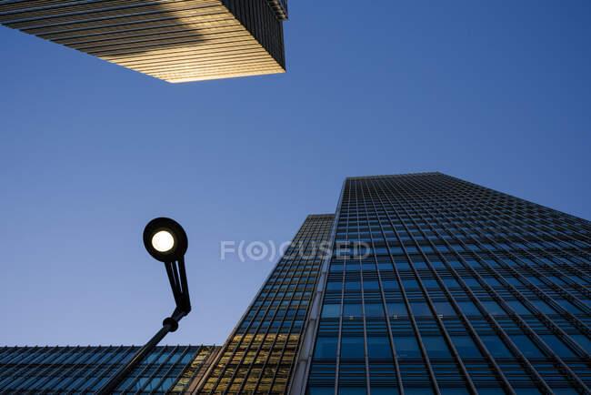 Низкий угол обзора небоскребов и стритленда в сумерках, Лондон, Великобритания — стоковое фото