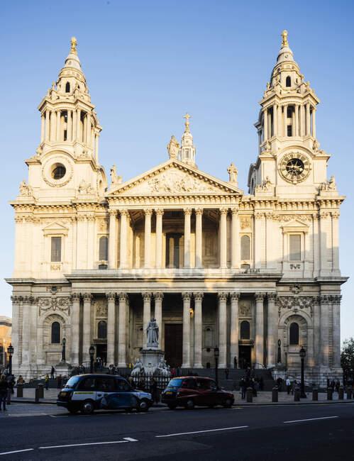 Вхід собору Святого Павла на яскраве сонячне світло (Лондон, Велика Британія). — стокове фото