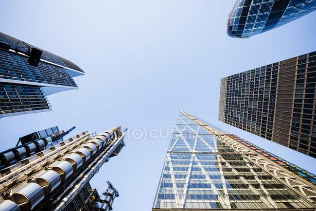 Vista en ángulo bajo del cielo azul desde122 Leadenhall St, The Shard en Londres - foto de stock