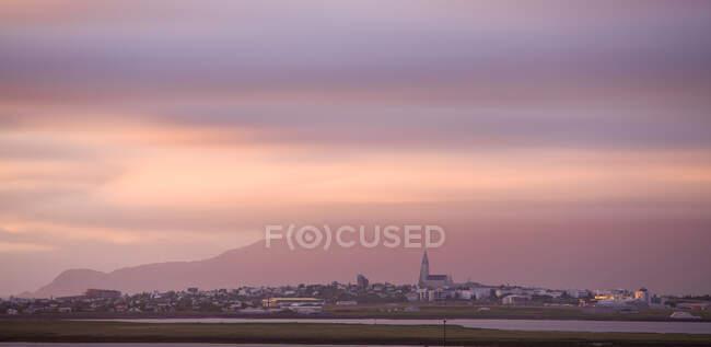 Reykjavik skyline at midnight, Hallgrimskirkja church, Iceland — Stock Photo