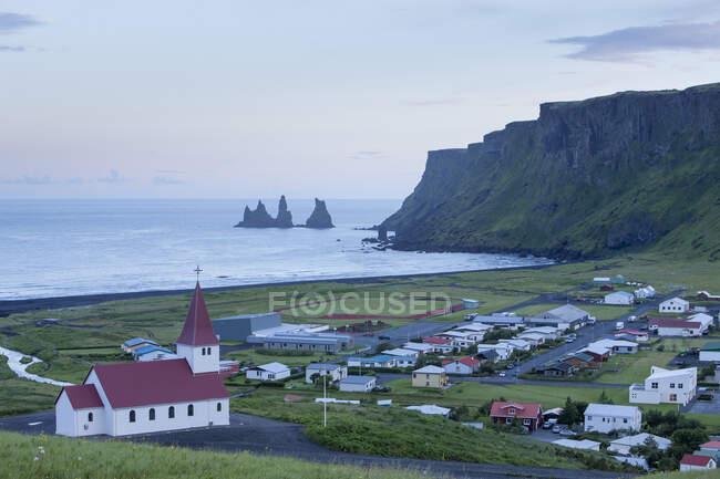 High angle view of Reynisdrangar basalt sea stacks and the villa — Stock Photo