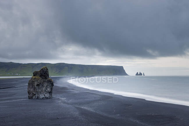 Reynisdrangar basalt sea stacks on coastline, Reynis beach, reynisdrangar — Stock Photo