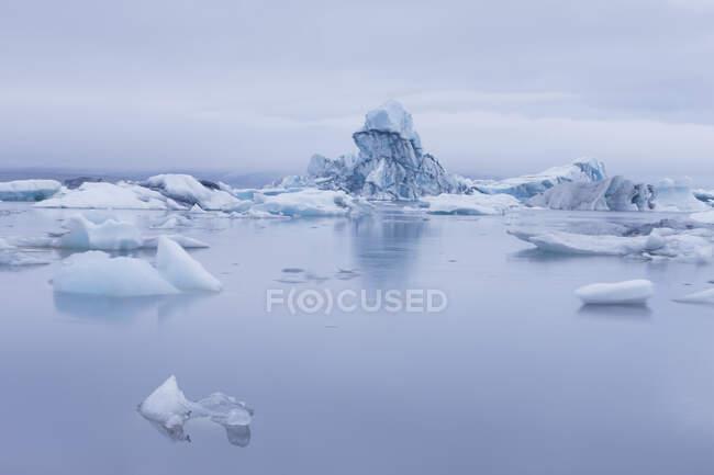 Icebergs floating on glacial river lagoon, Jokulsarlon, Iceland — Stock Photo