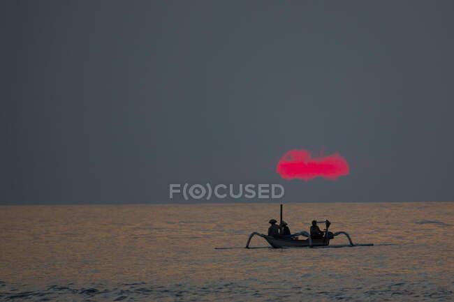 Силуетний рожевий захід з рибалками на морі, Ломбок, Індон — стокове фото