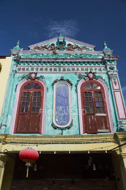 Низький кут Вид бірюзового колоніального фасаду (Малакка, Малайзія). — стокове фото