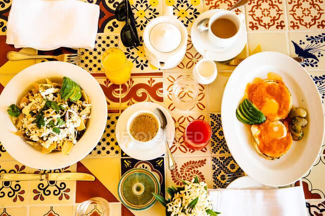 Над головою відкривається барвистий столик для сніданку в готелі, Тулум, Рів