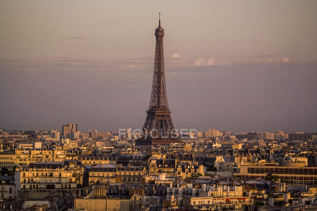 Elevated cityscape and Eiffel Tower at dusk, Paris, France — Stock Photo