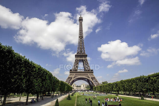 Tourists in Eiffel Tower park, Paris, France — Stock Photo