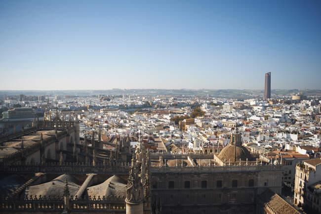 Високий кут cityscape з далеким хмарочосом і синім небом, Севілья, Андалу — стокове фото