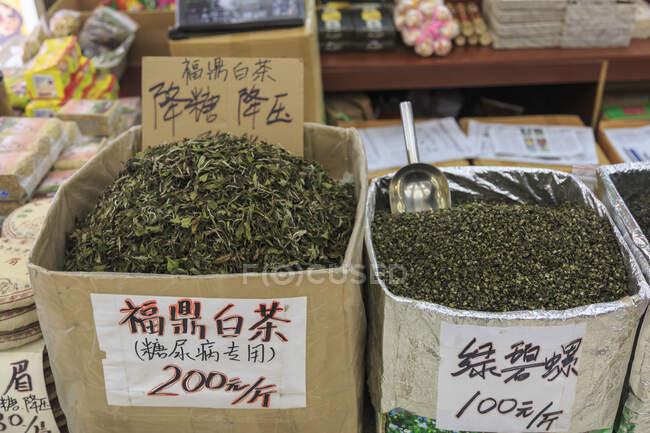 Высокоугольный вид навальных банок, наполненных чайными листьями для продажи, ш — Stock Photo