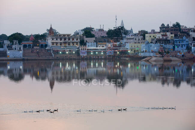 View of waterfront buildings on Pushkar Lake at dusk, Rajasthan, — Stock Photo