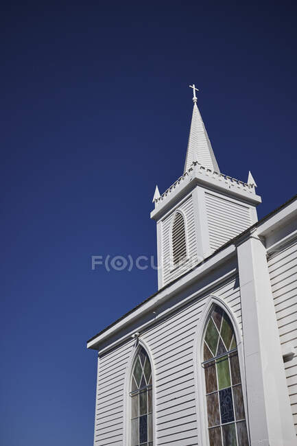 Шпиль білої дерев'яної церкви в ясному синьому небі, Каліфорнія, США. — стокове фото