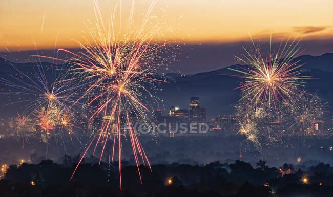 Фейерверк Дня Независимости над Денвером, Колорадо, США — стоковое фото
