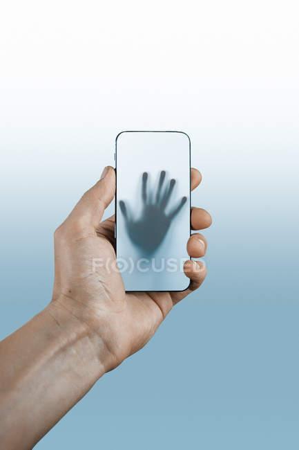 Handhaltendes Smartphone — Stockfoto