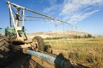 Robot d'irrigation mobile travaillant sur le terrain . — Photo de stock