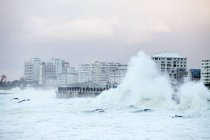 Waves crash against sea wall, Sea Point, Cape Town (Ciudad del Cabo), Western Cape, Sudáfrica . - foto de stock
