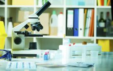 Lichtmikroskop auf Laborbank. — Stockfoto