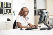 Enfermeira do hospital usando computador no escritório . — Fotografia de Stock