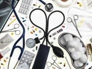 Medizinische Geräte und Medikamente auf weißem Hintergrund. — Stockfoto