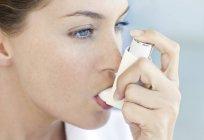 Portrait de jeune femme à l'aide d'inhalateur asthme. — Photo de stock