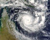 Satellitenbild eines tropischen Zyklons, der über der Halbinsel Cape York in Australien wütet. — Stockfoto