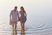 Пара, купания в морской воде — стоковое фото