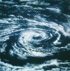 Satellitenbild spiralförmiger kreisförmiger Wolken. — Stockfoto