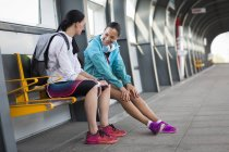 Mulheres sentadas na plataforma ferroviária — Fotografia de Stock