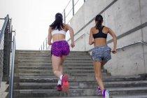 Frauen, die Treppe hinauf läuft — Stockfoto