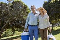 Senior pareja con cestas de picnic. - foto de stock