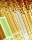 Groupe de éprouvettes de laboratoire avec liquides colorés . — Photo de stock