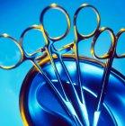 Vue rapprochée des pinces chirurgicales dans un bol en métal . — Photo de stock