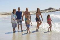 Три поколения семьи, ходить на пляже вместе — стоковое фото