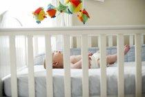 Säugling Baby junge im Bett liegend. — Stockfoto