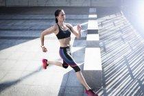 Женщина бежит по бетону — стоковое фото